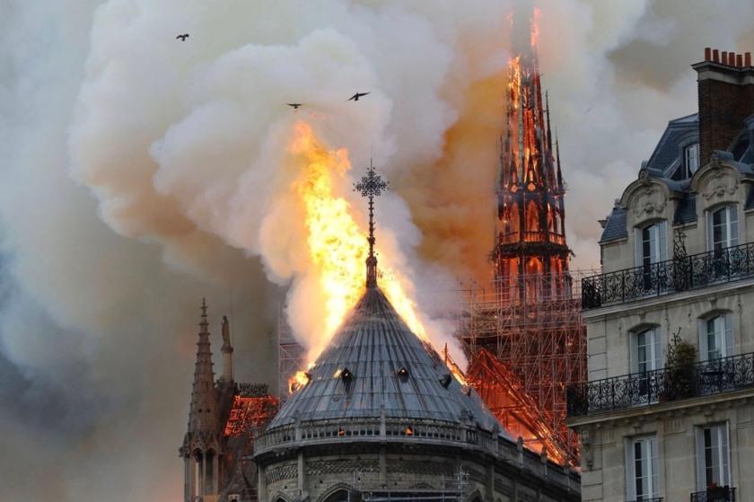 Notre Dame burning 4-19
